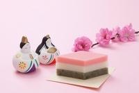 雛人形と菱餅と桃の花