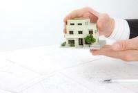 住宅模型を持つビジネスマン
