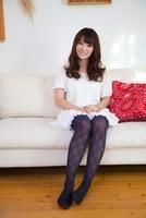 ソファーに腰を下ろす白いワンピース姿の女性 11031073722| 写真素材・ストックフォト・画像・イラスト素材|アマナイメージズ