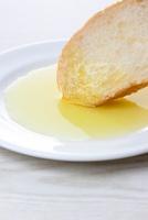 フランスパンとオリーブオイル