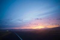 朝日が昇るフリーウェイ