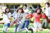 笑顔でジャンプする大学生