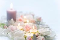 バラの花びらとアロマキャンドル 11031074972| 写真素材・ストックフォト・画像・イラスト素材|アマナイメージズ