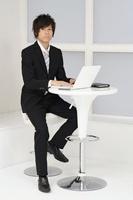 パソコンで仕事をする若いビジネスマン