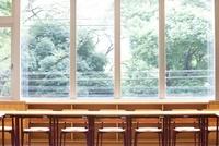 大学の教室の机と椅子