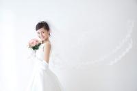 ブーケを持って微笑む新婦 11031077094| 写真素材・ストックフォト・画像・イラスト素材|アマナイメージズ