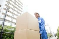 台車で荷物を運ぶ引越し業者