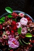 黒テーブルの上のバラ 11031077517| 写真素材・ストックフォト・画像・イラスト素材|アマナイメージズ