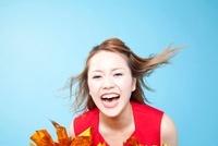 笑顔で応援するチアガール 11031078158| 写真素材・ストックフォト・画像・イラスト素材|アマナイメージズ