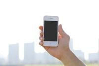男性が手に持つスマートフォン 11031078315| 写真素材・ストックフォト・画像・イラスト素材|アマナイメージズ
