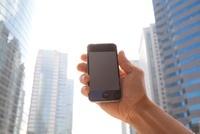 男性が手に持つスマートフォン 11031078320| 写真素材・ストックフォト・画像・イラスト素材|アマナイメージズ