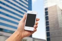 男性が手に持つスマートフォン 11031078324| 写真素材・ストックフォト・画像・イラスト素材|アマナイメージズ