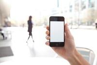 男性が手に持つスマートフォン 11031078330| 写真素材・ストックフォト・画像・イラスト素材|アマナイメージズ