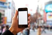 男性が手に持つスマートフォン 11031078353| 写真素材・ストックフォト・画像・イラスト素材|アマナイメージズ