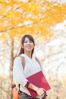 笑顔の女子大学生 11031078982| 写真素材・ストックフォト・画像・イラスト素材|アマナイメージズ
