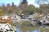 積雪の日本庭園