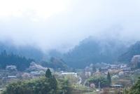 霧の立ちこめた室生の街並み