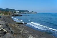 寄せる波の彼方に波佐間漁港を望む