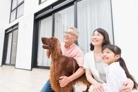 空を眺める祖父母と孫