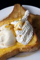 アイスクリームとクリームののったフレンチトースト