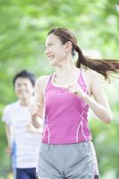ジョギングする男女 11031082857| 写真素材・ストックフォト・画像・イラスト素材|アマナイメージズ