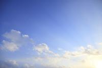 青空の雲と斜光