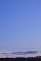 夕暮れの空と月