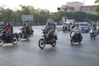 タイのバイクで通勤する人々