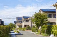 ソーラーパネルの付いた住宅地