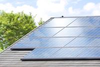 住宅の屋根に取り付けたソーラーパネル