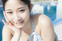 プールサイドで微笑む女性