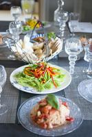 テーブルセッティングと料理