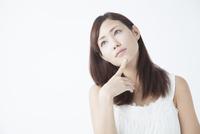 あごに指を当てる女性 11031084155| 写真素材・ストックフォト・画像・イラスト素材|アマナイメージズ