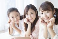 笑顔の女性達 11031084175| 写真素材・ストックフォト・画像・イラスト素材|アマナイメージズ