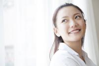窓辺で微笑む女性 11031084197| 写真素材・ストックフォト・画像・イラスト素材|アマナイメージズ