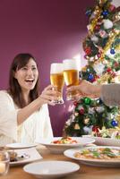 クリスマスにビールで乾杯するカップル 11031084198| 写真素材・ストックフォト・画像・イラスト素材|アマナイメージズ
