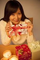 プレゼントを持って微笑む女性