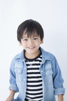 笑顔の男児