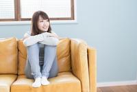 ソファに座り微笑む女性 11031084269| 写真素材・ストックフォト・画像・イラスト素材|アマナイメージズ