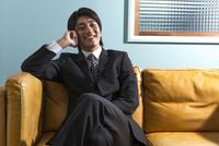 電話をするビジネスマン