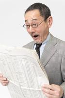 新聞を読むビジネスマン 11031084773| 写真素材・ストックフォト・画像・イラスト素材|アマナイメージズ