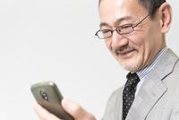 スマートフォンを触るビジネスマン