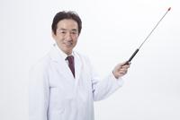 指示棒で説明するベテラン医師 11031085009| 写真素材・ストックフォト・画像・イラスト素材|アマナイメージズ