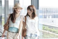 空港を歩く女性達