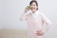 青汁を持って微笑むミドル女性