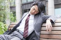 ベンチに座るビジネスマン 11031088183| 写真素材・ストックフォト・画像・イラスト素材|アマナイメージズ
