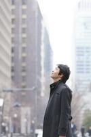 ビルを見上げるビジネスマン 11031088185| 写真素材・ストックフォト・画像・イラスト素材|アマナイメージズ