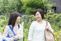談笑しながら歩く2人のミドル女性 11031090345| 写真素材・ストックフォト・画像・イラスト素材|アマナイメージズ