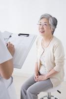 診察を受けるシニア女性 11031091505| 写真素材・ストックフォト・画像・イラスト素材|アマナイメージズ
