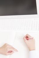 PCを見て勉強する女子高校生の手元 11031092096| 写真素材・ストックフォト・画像・イラスト素材|アマナイメージズ